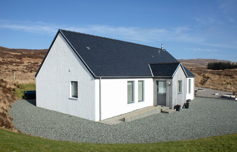 Cuillin Cottage, spacious family home overlooking Portree and the Cuillins., holiday rental in Glengrasco