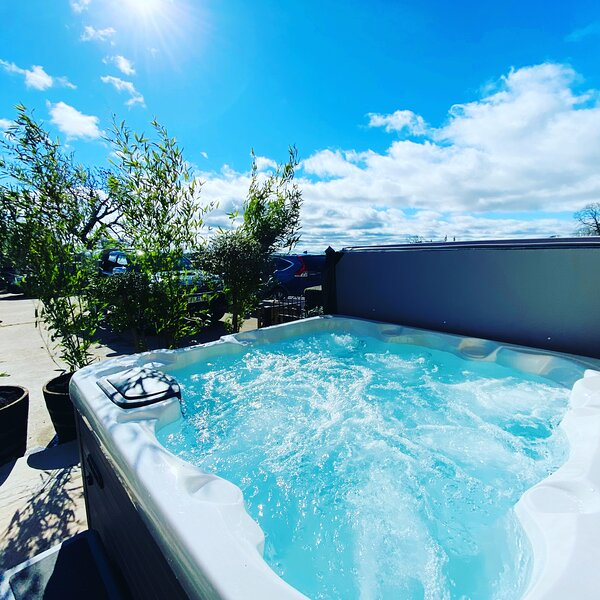 Rustic Retreats: Owslow Cottage with Hot Tub & Alpaca Walking Experience, vacation rental in Carsington