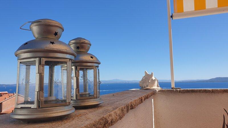 2-bed apt + large terrace + sea view, aluguéis de temporada em Porto Santo Stefano