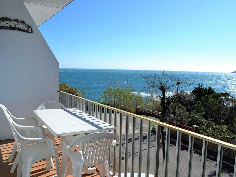 CARBONERES 4 Amazing apartment with beautiful seafront view!, aluguéis de temporada em Llanca