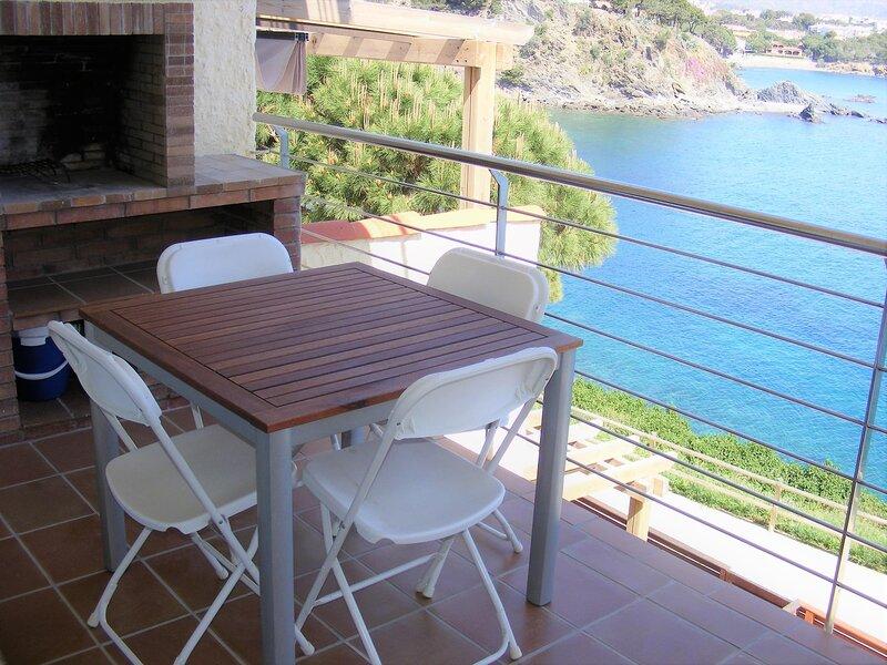 CAU DEL LLOP 6 Fantastic apartment in the seafront!!, aluguéis de temporada em Llanca