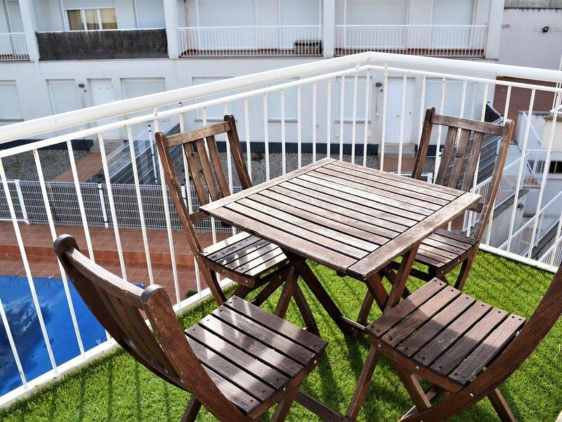 VILA 2 Fantastic and downtown apartment and community pool!, casa vacanza a Garriguella