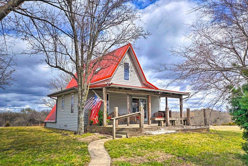 NEW! Vivid 'Cedar Ridge' Cabin: 23 Mi to Wichita!, holiday rental in Towanda