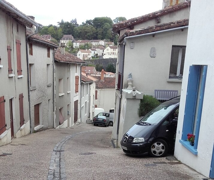 Charming 2-Bed Cottage in Le Vigeant, holiday rental in Payroux