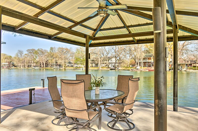 NEW! Spacious Lake Placid House w/ Diving Board!, holiday rental in McQueeney