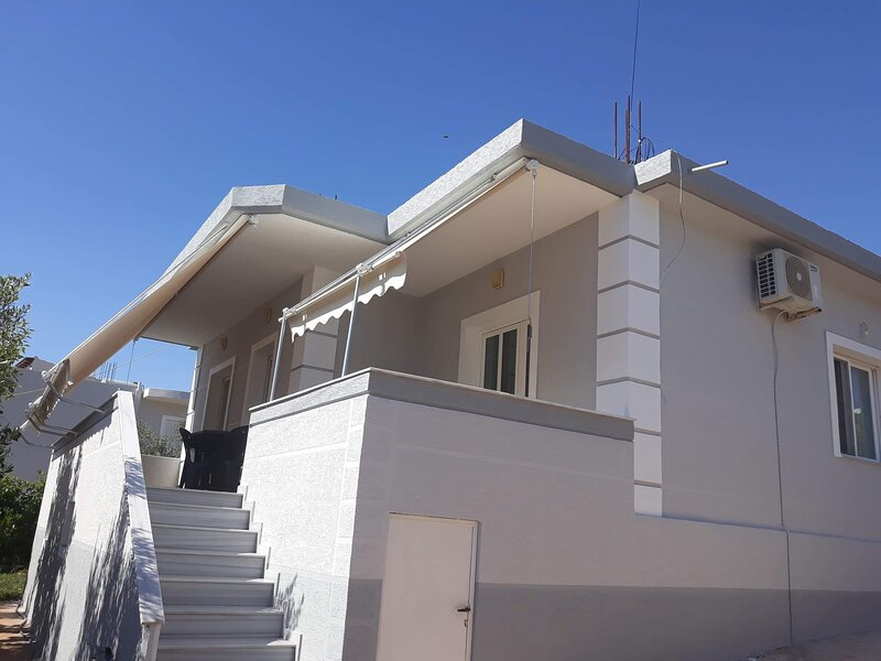 Cosy quiet house in Ksamil with spacious balcony., holiday rental in Ksamil
