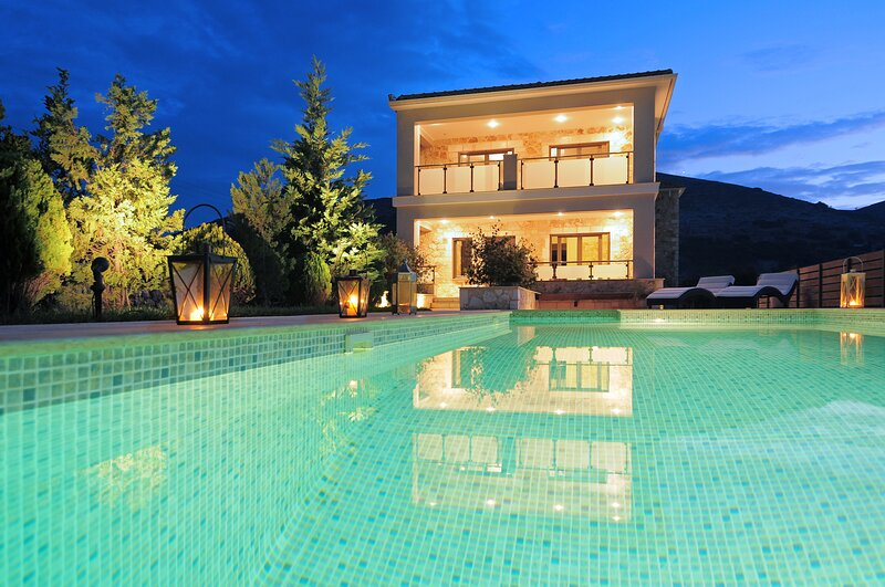 Villa Unique with private pool, aluguéis de temporada em Makriotika