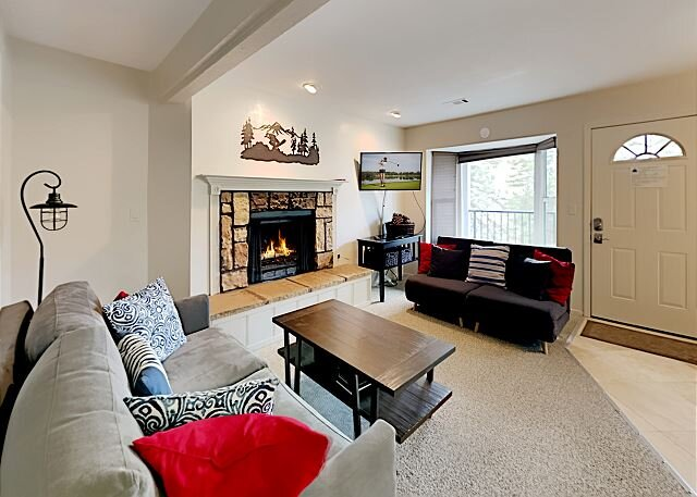 Newly Remodeled Condo with Pool & Hot Tub | Drive Minutes to Ski Resort, holiday rental in Genoa