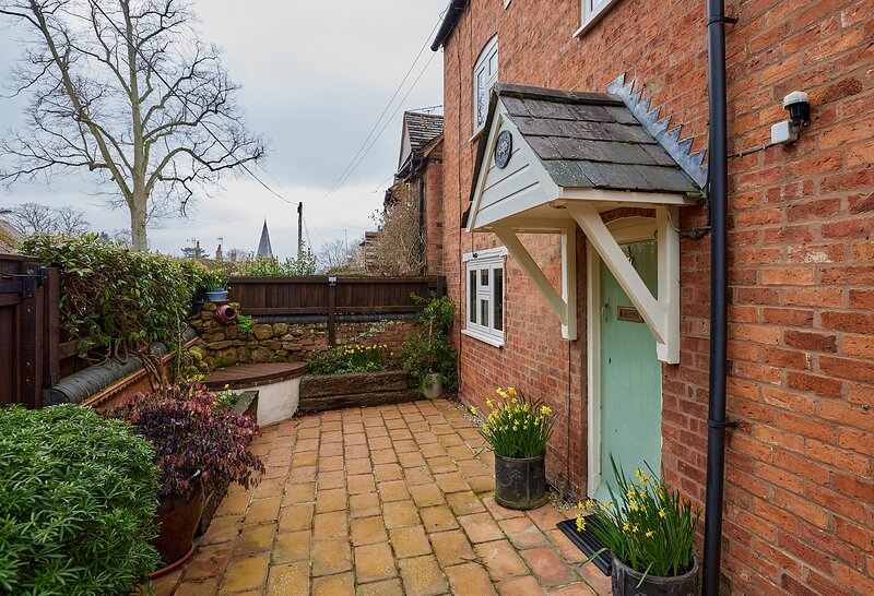 2 Bed Cottage near Cotswolds with Private Garden, holiday rental in Lighthorne