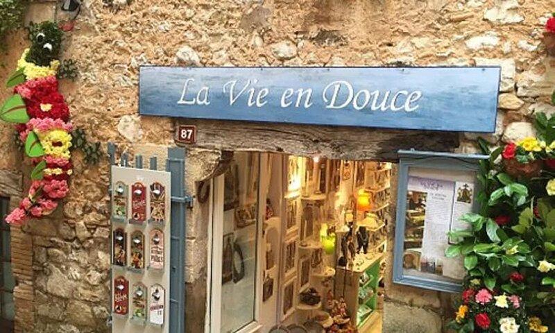 NESTLED BELOW THE  CHARMING HILLTOP VILLAGE OF TOURETTES SUR LOUP, casa vacanza a Roquefort les Pins