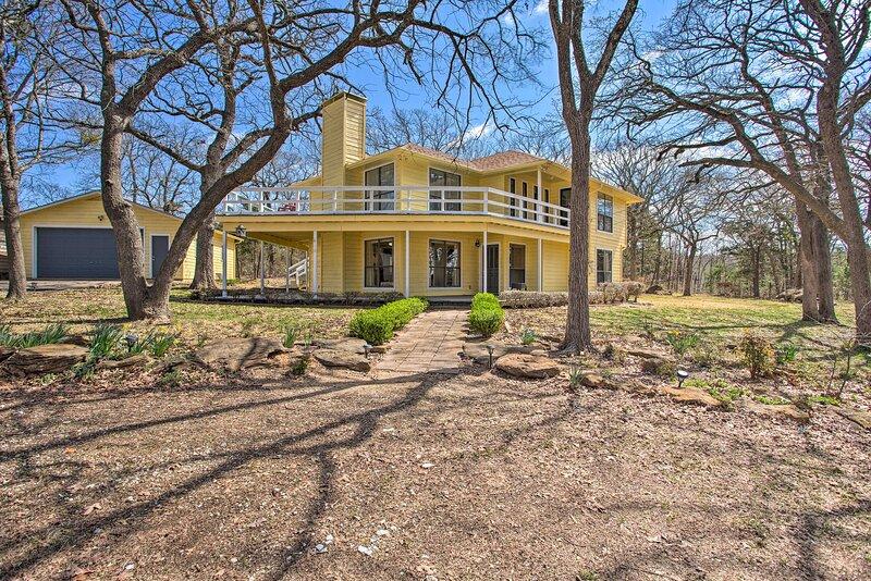 NEW! Spacious Texas Getaway Half Mi to Lake Texoma, holiday rental in Denison