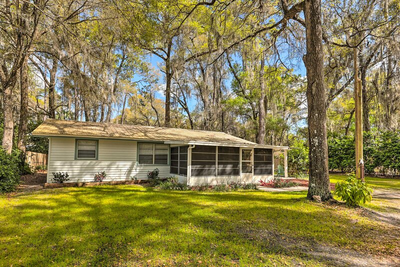 NEW! De Leon Springs Cottage ~ 2 Mi to River/Lake!, alquiler de vacaciones en Orange City