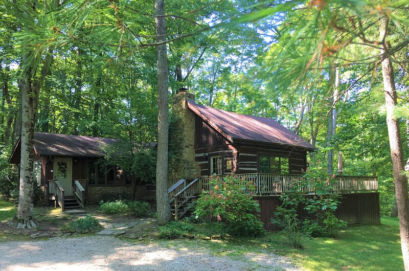 Maple Hills Log Cabin, vacation rental in Morgantown