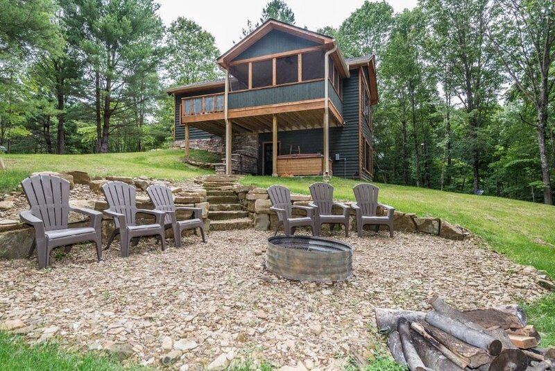 Over Easy Vacation Cabin, holiday rental in Columbus