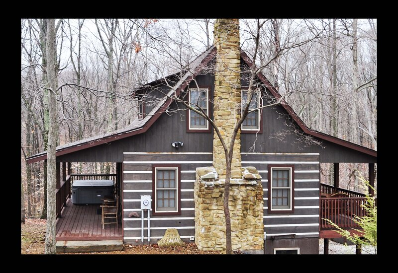 Cabin Fever Log Cabin, holiday rental in Columbus