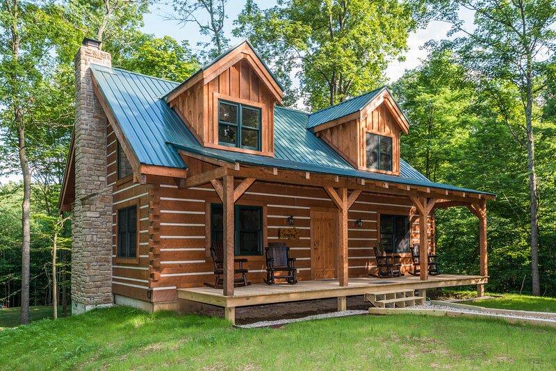 Cozy Dog Vacation Log Cabin, vacation rental in Morgantown
