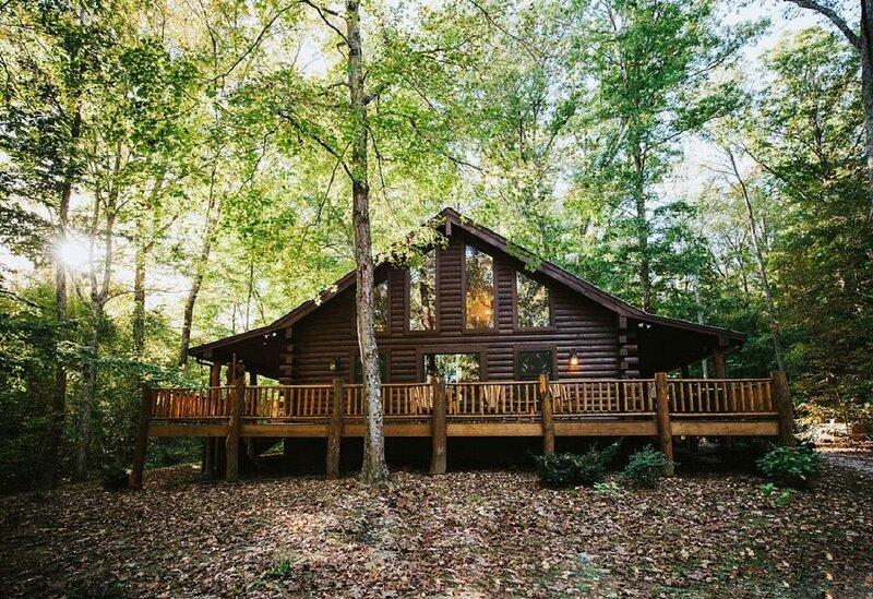 Hilltop Hideaway Log Cabin, vacation rental in Columbus