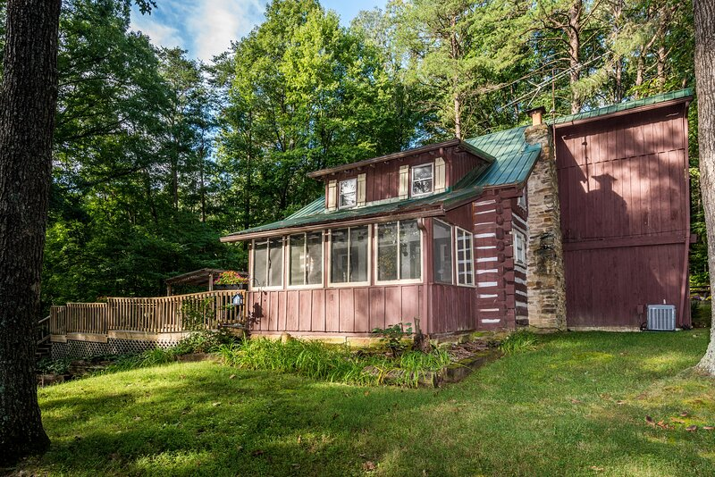 Atop Pine Hill Log Cabin, holiday rental in Columbus