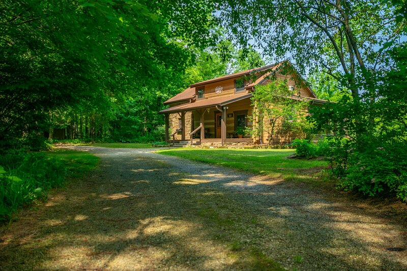 Pond's Edge Log Vacation  Cabin, vacation rental in Morgantown
