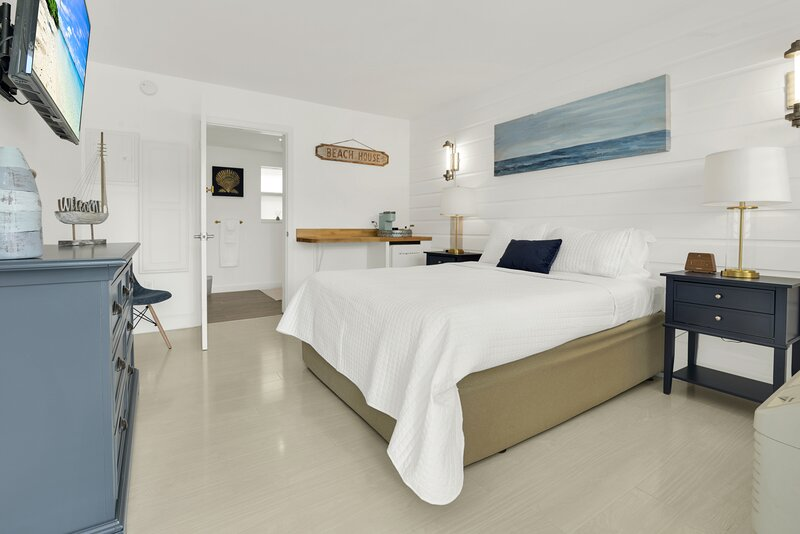 Boutique hotel Queen room 1 block from the Beach!, holiday rental in Hillsboro Beach