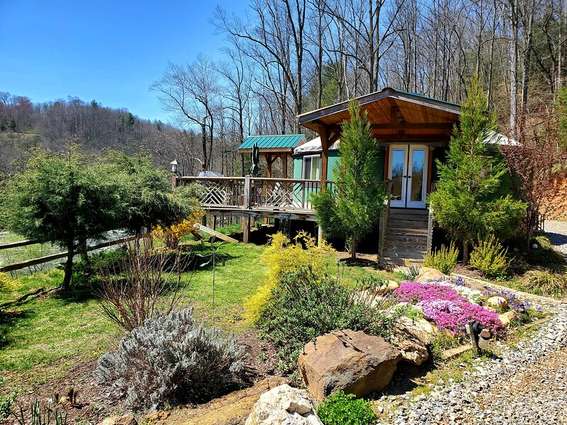 Luxury Romantic new Riverfront Yurt near Asheville,NC, holiday rental in Clyde