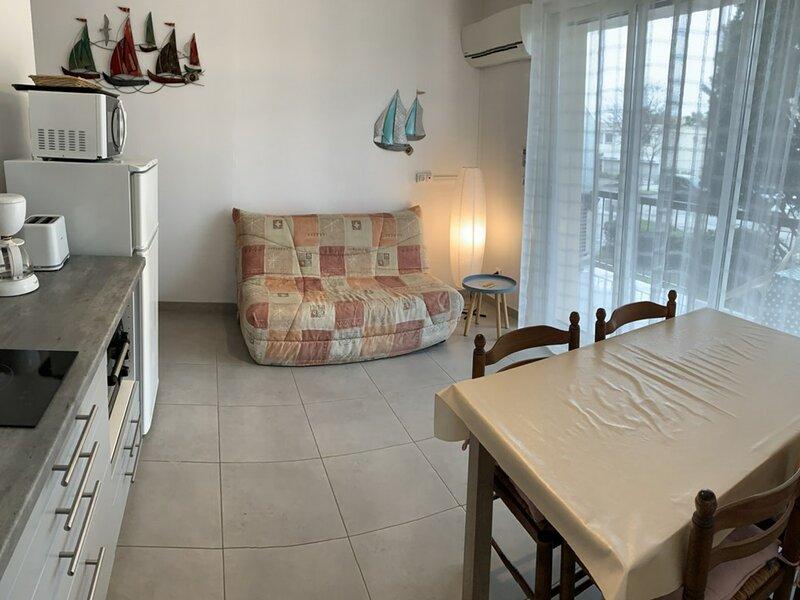 STUDIO AVEC PARKING - PROCHE DU PARC CHARLES DE GAULLE (REF:ALB7), location de vacances à Bouzigues