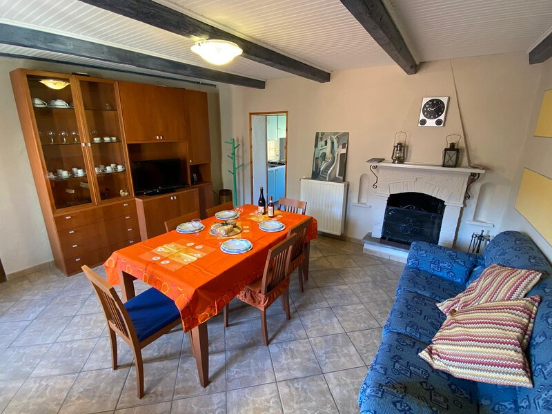 Marlene apartment with balcony in the center fo Cannobio, casa vacanza a Lunecco
