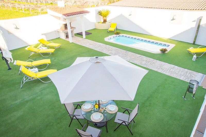 Casa LAS PALMERAS, villa vacacional con piscina y barbacoa en las Rías Baixas, vacation rental in Cambados
