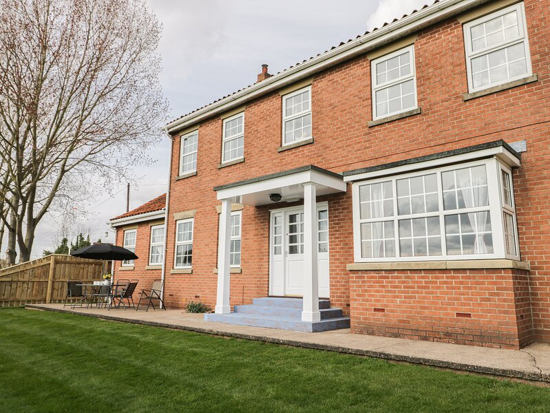 WOODHILL, eco-friendly, country holiday cottage, with a garden in Cottingham, holiday rental in Barton-upon-Humber