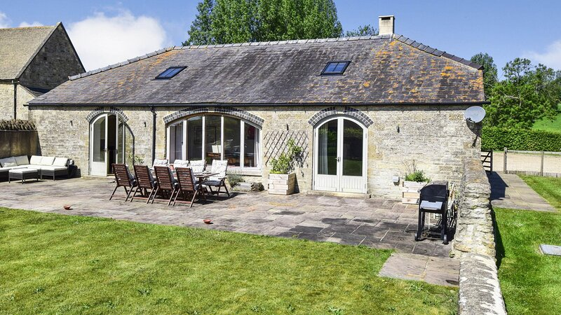 Oldbury Barn - Fantastic barn conversion in a quiet hamlet with stunning views,, holiday rental in Chedworth