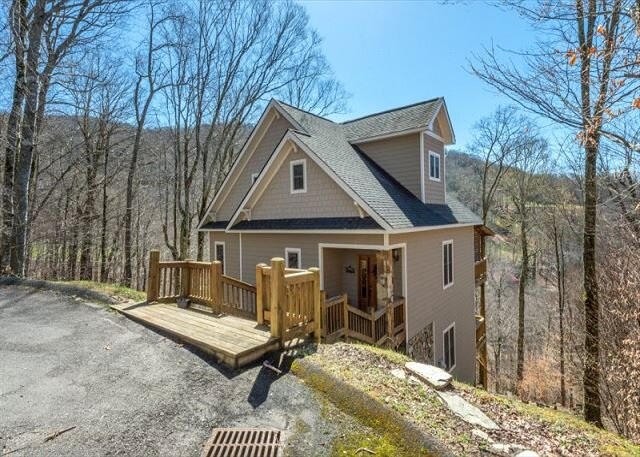 Hearth & Gnome | Pet-friendly Cottage with Deck & Stunning Mountain Views!, holiday rental in Flag Pond
