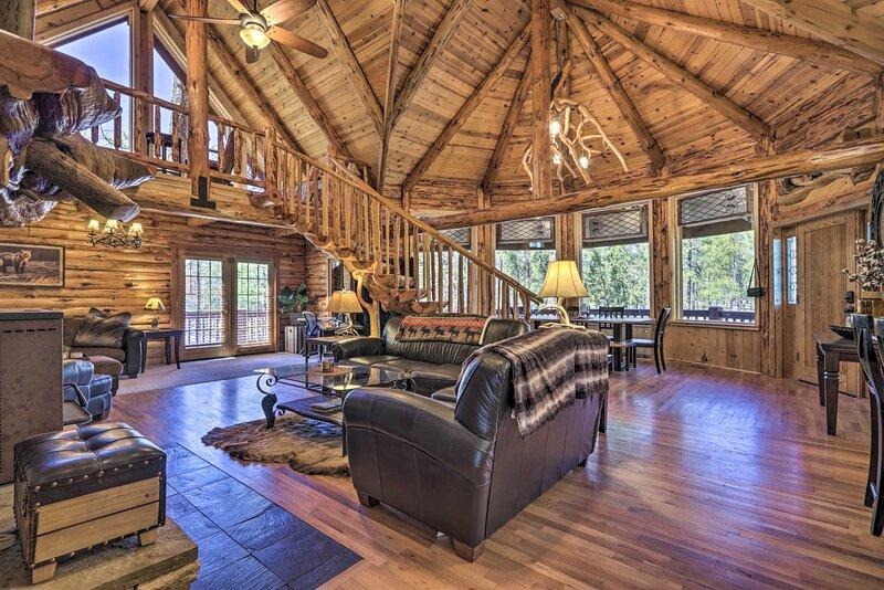 Redwood Cabin & Casita: 2 Acres, Fire Pit, Hot Tub, alquiler vacacional en Pinetop-Lakeside