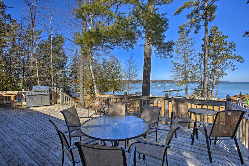 NEW! Waterfront Torch Lake Cottage; Private Beach!, aluguéis de temporada em Kalkaska County