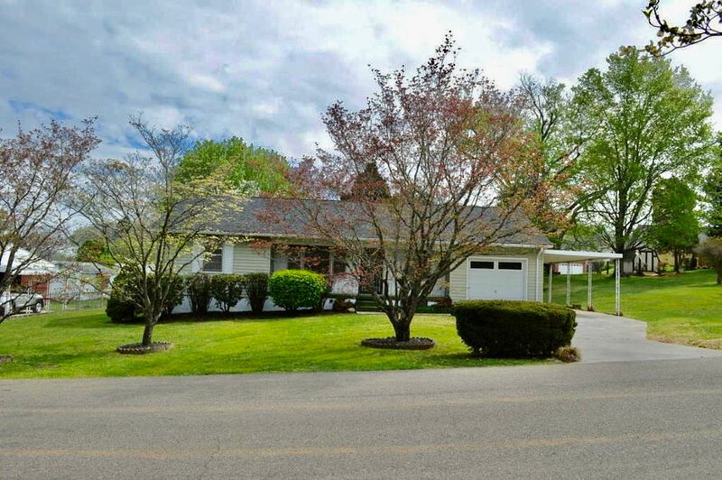3 bedroom ranch**Minutes to DOWNTOWN**PET Friendly**Fully furnished**, alquiler vacacional en Knoxville