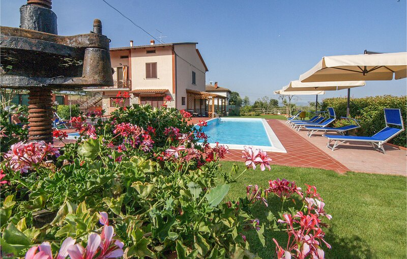 Stunning home in Castiglione del Lago with Outdoor swimming pool, WiFi and 5 Bed, casa vacanza a Casamaggiore