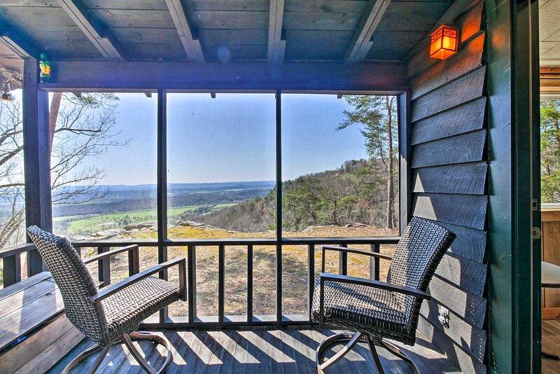 NEW! Secluded Ridgetop Hideaway w/ Valley Views!, holiday rental in Menlo