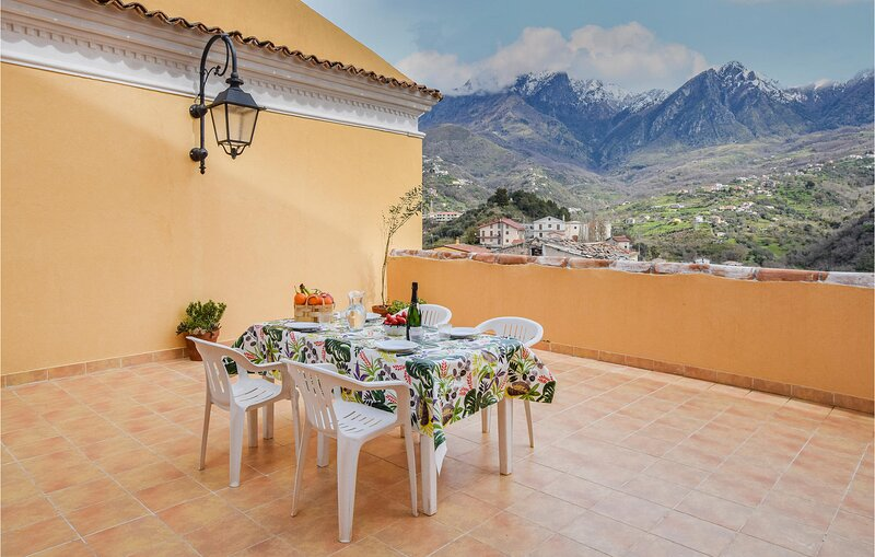 Stunning apartment in Belvedere M. with WiFi and 2 Bedrooms (IKK564), vakantiewoning in Sangineto