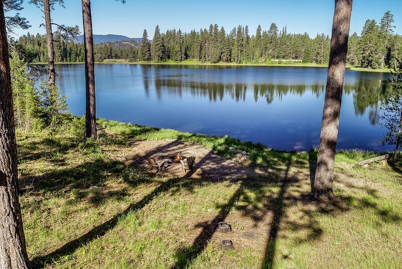 Quiet Lake Retreat in the Woods Minutes to Downtown Sandpoint, vacation rental in Newport