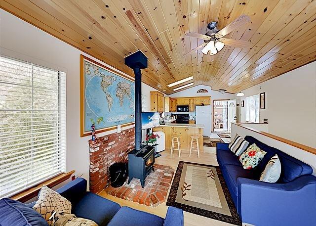 Lovely Cabin | 2 Decks | Panoramic Mountain Views | Walk to Lake, holiday rental in Calimesa
