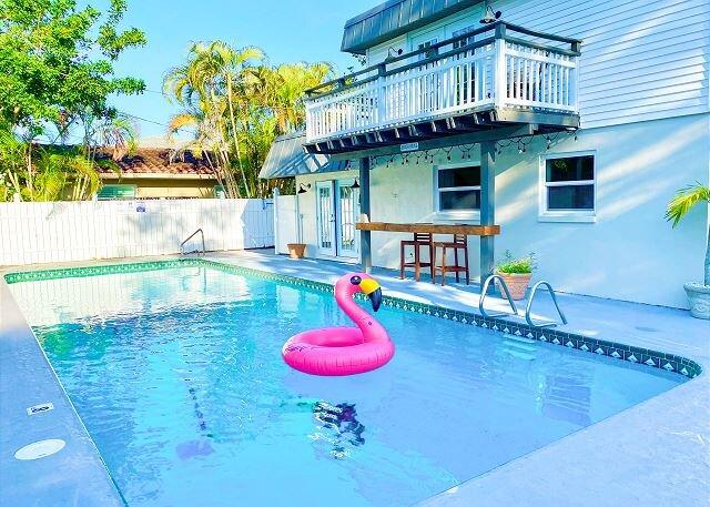 Updated Coastal Gem   Office, Grill, Heated Pool   Walk to Beach, aluguéis de temporada em Belleair Beach
