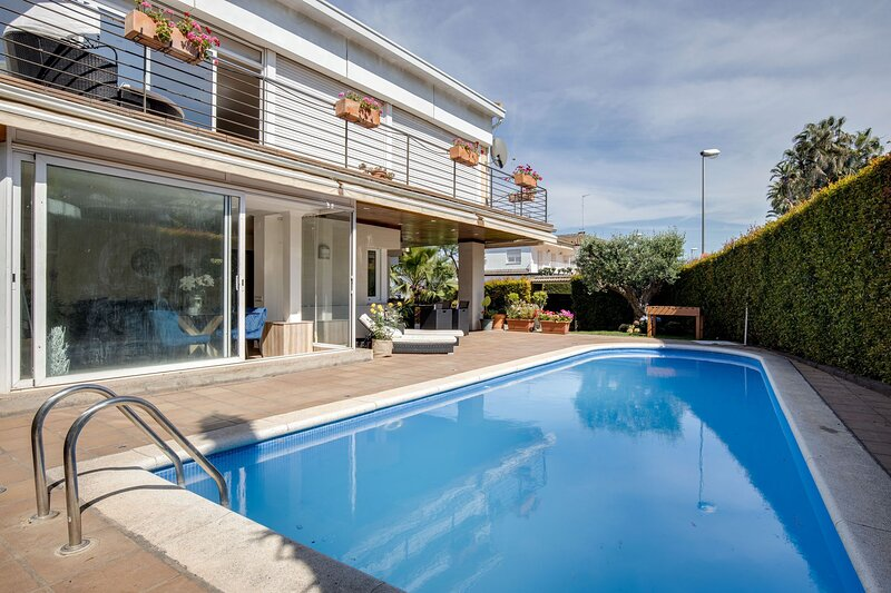 House with swimming pool in Alella, location de vacances à Tiana