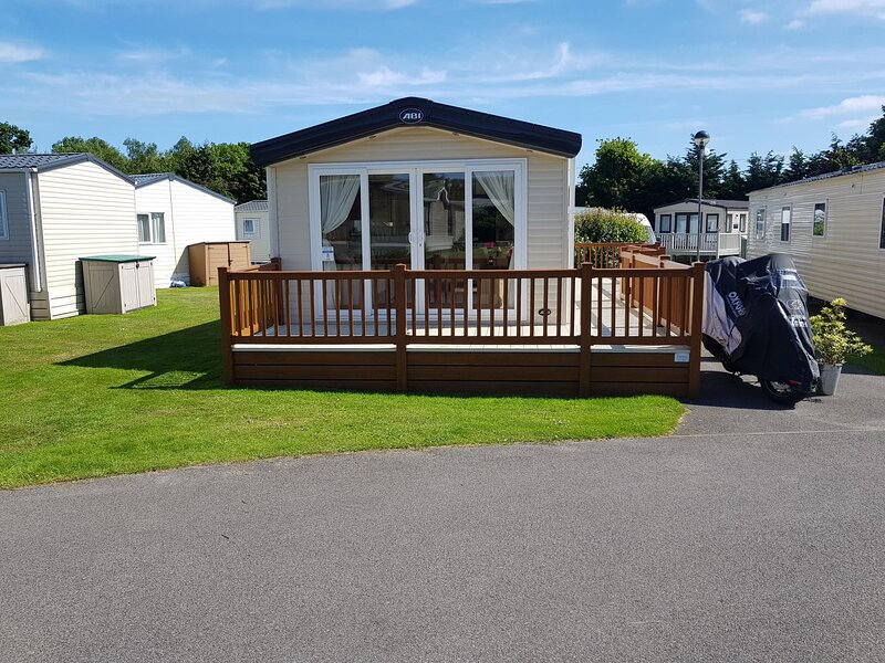 Brilliant caravan with decking at Cherry Tree Park in Norfolk ref 70008TG, location de vacances à Fritton