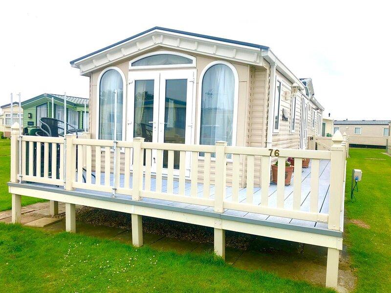 Superb caravan for hire at Sunkist Holiday Park near Skegness ref 42076S, holiday rental in Sandilands