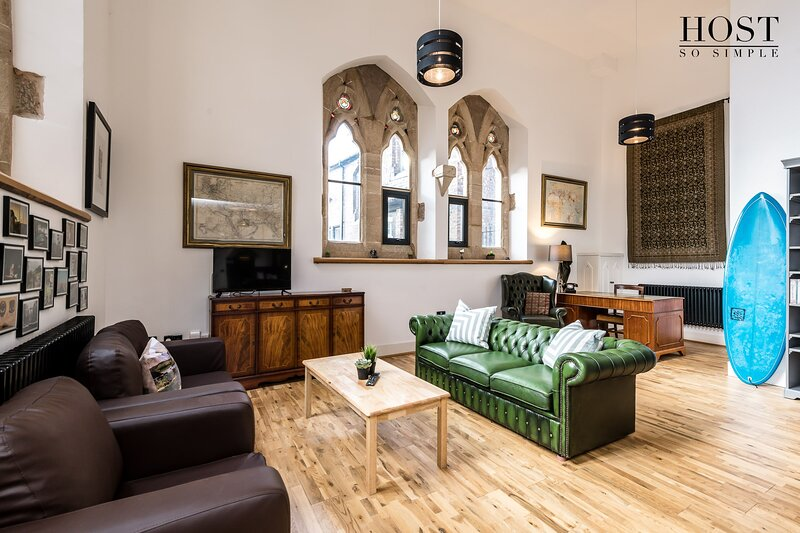 Stunning Church Conversion - 2 bedroom with secure parking!, location de vacances à Liverpool
