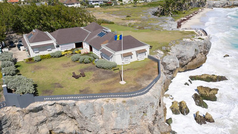 Beachy Head Villa is an authentic large Barbadian on the sea front, casa vacanza a Bel Air