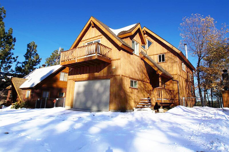Snow covered Big Bear Cool Cabins, The Fox Paw front