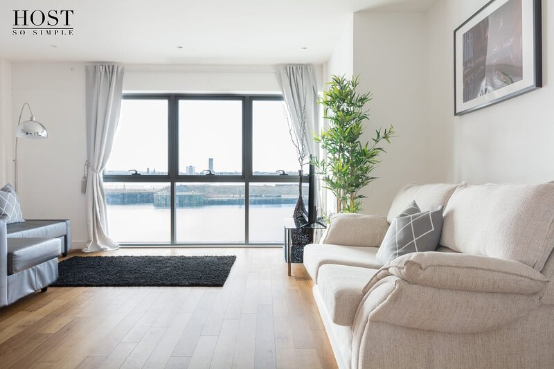 Gorgeous Waterfront Apt - Central w/ Amazing Views, holiday rental in Wallasey