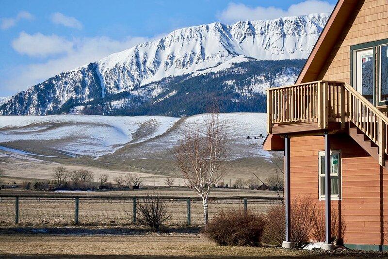 Spacious Farmhouse with Stunning Mountain Views, alquiler de vacaciones en Joseph