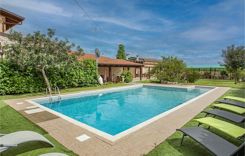 Stunning home in Turi with Outdoor swimming pool, WiFi and 4 Bedrooms (ISA424), location de vacances à Gioia del Colle