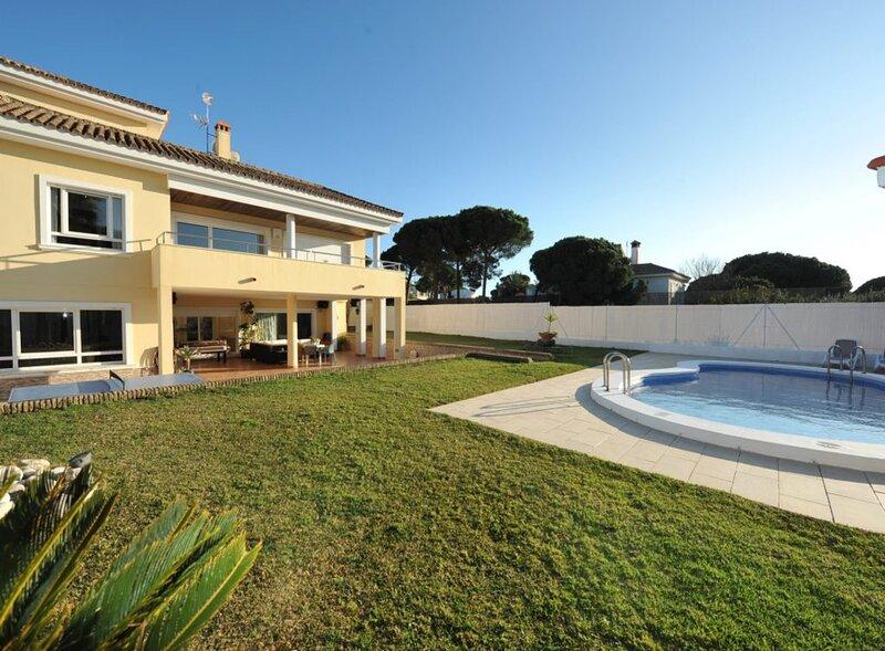 Exclusive 6BR Villa Ventolera by Rafleys in Novo Sancti Petri Chiclana, Cadiz, holiday rental in Novo Sancti Petri